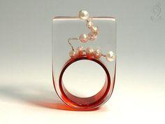 Rundblick – Abstrakter Perlen-Ring mit echten weißen Perlen auf Silberdraht und roten Ring in Gießharz
