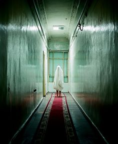 The ghost like figure being only lit up creates a horror movie seen. Scream, Story Inspiration, Character Inspiration, Color Photography, Ghost Photography, American Horror Story, Horror Stories, Dark Side, Surrealism