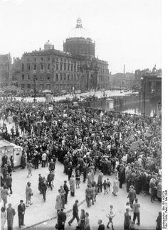 Berlin, Maidemonstration, Zug auf Schlossbrücke - 01.05.1946