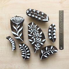 Homemade Stamps, Lino Art, Stencil Printing, Fabric Stamping, Ink Stamps, Linocut Prints, How To Make Beads, Fabric Painting, Paper Crafts