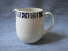 Katrilli maitokannu, 50-luku Kitchenware, Tableware, Vintage Pottery, Finland, Dinnerware, Stuff To Do, Porcelain, Ceramics, Dishes