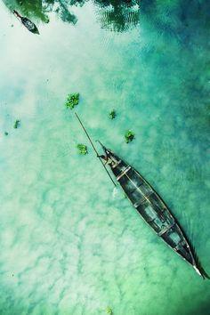 Лодка, море, дно, песок, прозрачная вода, отражение деревьев