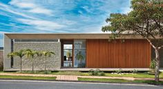 Uma casa sem muro, mas com brises e parede de mosaico - Casa.com.br