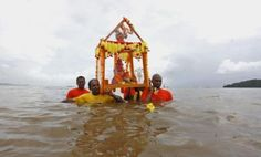 Hindu devotees carry a murti of Lord Ganesha to be submerged in water during the Ganesh Utsav festival at Chagville beach in Chaguaramas September 15, 2013. REUTERS/Andrea De Silva
