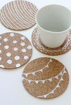 DIY Painted Coaster kurken onderzetters decoreren met verf. Leuk voor in huis maar ook om cadeau te geven!