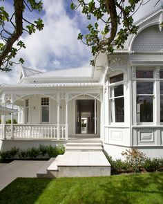 Even in the early architects knew a thing or two about street appeal. The traditional bungalows they designed had character in abundance, and often featured return verandas, bay windows and intricate fretwork. Bay Window Exterior, White Exterior Houses, Exterior Paint, Victorian Porch, Edwardian House, Victorian Houses, Colonial House Exteriors, Weatherboard House, Storybook Homes