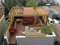 Pergola is the wooden structure standing in your lawn or garden or the attached pergolas with no covered roof. Mostly, pergolas are made with sparsely wooden sticks leaving space there. Sometimes, these spaces are made in the roof of pergola delibera Rooftop Terrace Design, Rooftop Patio, Terrace Garden, Rooftop Gardens, Terrace Decor, Pergola Garden, Garden Paths, Diy Pergola, Pergola On The Roof