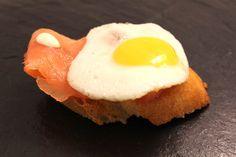 Salmón ahumado con huevo de codorniz