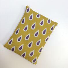 Petite bouillotte sèche aux graines de lin, housse imprimée de gouttes prune sur fond moutarde : Soin, bien-être par le-bazar-creations