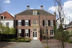 Het oude politiebureau aan de Voorstraat. Helaas al jaren leeg en te koop. Prachtige locatie voor een hotel of grand café.