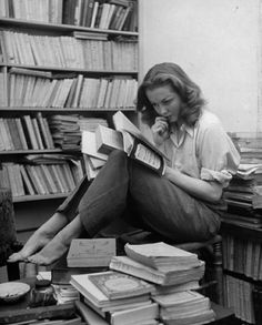 Love this photo of Sylvia Plath (Author of The Bell Jar) surrounded by books. Corey likes Sylvia plath People Reading, Woman Reading, Love Reading, Girl Reading Book, Children Reading, Reading Room, Sylvia Plath, I Love Books, Good Books