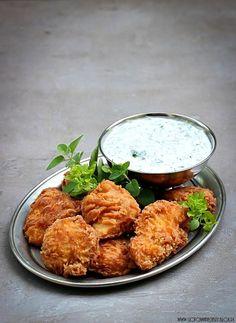 Dzisiaj pomysł na prosty i szybki obiad, który z pewnością przypadnie do gustu nawet małym niejadkom :) Delikatne kąski z kurczaka w pysznej panierce, podane z