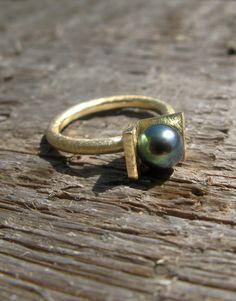 Gold ring, black pearl, modern, simple, elegant / nowoczesny złoty pierścionek, matowe złoto, czarna perła, minimalizm, elegancja, yuvel.pl