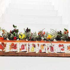 """Composizione floreale in vaso lungo di rete naturale con scritta """"FALL"""""""