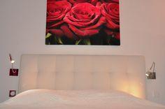 Chambre romantique et chaleureuse dans l' #hotel Le Mas. #romance #love #rouge #amour #red #room #chambre #white #couple #duo #lovely #life #luxury #luxe