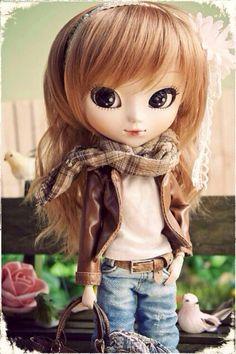 Doll with dirty blonde hair & dark eyes