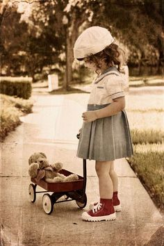 La mano stringeva un legame, la sua infanzia. Non poteva lasciarla andare.