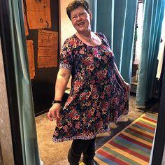 💐 Humøret er højt idag, specielt hos en af vore kunder. Hun er nemlig her ved at prøve en af de flotte Du Milde kjoler. 😁- Vi forstår godt at hun smiler stort. ❤️ #mustus #dumilde #inspiration #danskdesign #danishfashion #forår #farver #højthumør #sol #godtvejr #glæde #kjoler