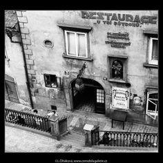 Restaurace U Tří pštrosů (2972) • Praha, červen 1964 • | černobílá fotografie, vývěsní štít, zábradlí, dlažba Dražického náměstí, z věže Karlova mostu |•|black and white photograph, Prague|