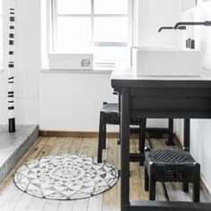 De ronde badmat van HK Living heeft een doorsneden van 80 cm en is gemaakt van katoen. De badmat heeft een zwart - wit patroon, met een antislip onderkant.