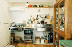 <p>天板とシンクとガスコンロ。それだけ。ミニマムなキッチンは、置く道具や使い方で住み手の個性が映えます。</p> Kitchen And Bath, Kitchen Dining, Kitchen Decor, Kitchen Styling, Kitchen Storage, Japanese Kitchen, Cool Kitchens, Tiny Kitchens, Japanese Interior