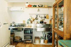 <p>天板とシンクとガスコンロ。それだけ。ミニマムなキッチンは、置く道具や使い方で住み手の個性が映えます。</p>