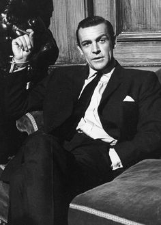 Sean Connery, most famous for James Bond, never really wore a suit before that role. The man wears the suit! Gina Lollobrigida, Bob Marley, Cigar Men, Good Cigars, Cigar Smoking, Alain Delon, Marlon Brando, Old Hollywood, The Life