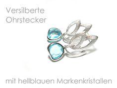 **Ohrhänger blau versilbert** Versilberte Ohrhänger mit hellblauen Markenkristallen aus österreichischer Manufaktur. Die Ohrhänger sind ca. 3 cm lang, die blauen Kristalle haben einen...