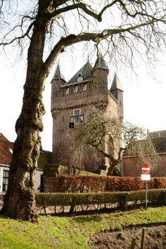 De Dijkpoort in Hattem vanaf de gracht gezien