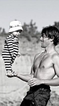 robert redford ~This is the most dangerous and adorable thing dads do. Robert Redford, Cinema, Famous Faces, Belle Photo, White Photography, Cute Kids, Movie Stars, Beautiful Men, Hot Guys