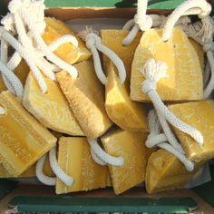 """Karoten Spa z trukwą to kawałki trukwy wypełnione mydłem od 30g do prawie 320g, w których używamy nierafinowanego oleju palmowego, bardzo bogatego w karoten, nadające naturalny złoty kolor.  Trukwa to urocza polska nazwa (angielska """"loofa"""") owocu pnącza z rodziny dyniowatych, o silnie włóknistej struturze, która po wysuszeniu tworzy roślinną gąbkę. Jest idealna do masażu i peelingu całego ciała."""