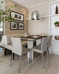 O banco estofado na parede economiza espaço na sala de jantar.