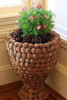 Из шишек ~~planter covered with pine cones~~Érdemes neked is begyűjteni annyit, amennyit csak tudsz!Pine cone pots and Craftsszyszki na Stylowi.I'm happy it's that time of year when pine cones fit the season and decor. Pine Cone Art, Pine Cone Crafts, Pine Cones, Garden Crafts, Garden Art, Home Crafts, Diy Garden, Art Crafts, Pine Cone Decorations