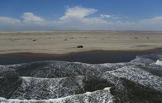 Etapa 4: A la salida de Nasca los vehículos pasaron por la orilla del Pacífico. (Foto: AP)