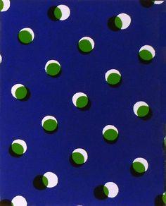Poster per decorar aula. Paper blanc, cercles de paper celofan i paper blau amb cercles perforats amb punxo.