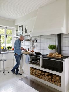 Anni och Jeppe Åkermyr förvandlade det förfallna stenhuset till ett ljust drömhus Kitchen Interior, New Kitchen, Interior Design Living Room, Kitchen Dining, Kitchen Decor, Parrilla Interior, Wood Stove Cooking, Beautiful Kitchens, Home Kitchens