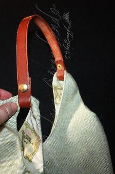 Cómo coser asa de cuero a un bolso escarlata Diy Handbag, Diy Projects To Try, Longchamp, Tote Bag, Handbags, Wallet, Crochet, Leather, Accessories