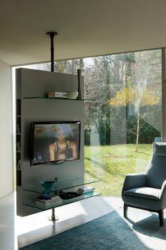 Porta TV girevole con pannello porta-plasma in rovere o noce canaletta. All'interno del pannello è sistemata una presa multipla per l'alimentazione,..