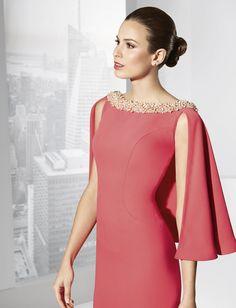 Taino - Franc Sarabia - Vestido largo en crep con capelina y gran escote en espalda #madrinas #madresdenovia #escote #vestidolargo #fiesta #mangas