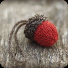 Acorn Ornament Knitting Pattern via TheSittingTree  #knitting #knittingpattern #acorn #ornament