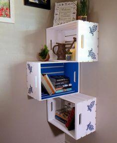 etagere cagette d angle murale, trois caisses superposées de maniere asymétrique, deco pochoir florale, ranger des livres et des accessoires déco