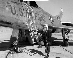 Florida's last Civil War veteran, Bill Lundy, poses with a jet fighter, 1955