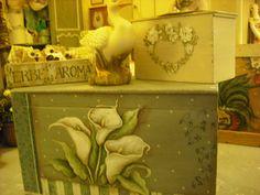 vecchia cassapanca dipinta con calle