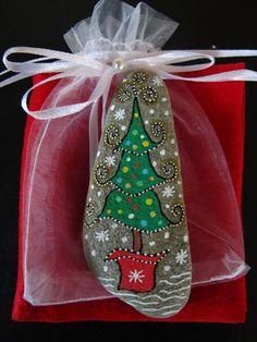 weihnachtsbaum steine bemalen weihnachtsbasteln