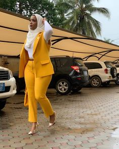 Hijab combined with a yellow suit outfit. Would you rock this to church, YES OR. by Lips💋 Fashion Tendencias Classy Work Outfits, Chic Outfits, Fashion Outfits, Office Outfits, Fashion Ideas, Suit Fashion, Look Fashion, Fashion Music, Moda Afro