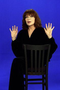 """Juliette Gréco assise sur une chaise lors du tournage de l'émission """"Je suis comme je suis"""" de Jean Christophe Averty consacrée à la chanteuse."""