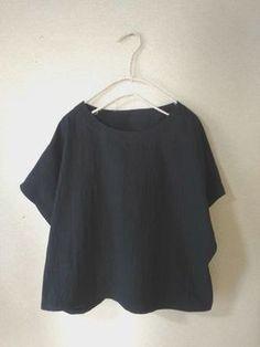 簡単フレンチスリーブのブラウスの無料型紙と作り方 シンプルで大人っぽく、着回ししやすいブラウスです。半袖に見えますが、袖付けなし!とても簡単で半日~2日で完成できると思います。 以前公開した 直線ブラウス よりも袖を7cm長くしてみました。程良く肩が隠れる... Sewing Clothes, Diy Clothes, Linen Dress Pattern, Fashion Drawing Tutorial, Japanese Sewing, Dress Making Patterns, Spring Tops, Love Sewing, Elegant Outfit