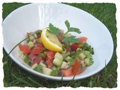 Après l'Asie direction Israel, avec une salade de crudité. cette salade est un classique de la cuisine israélienne. A lorigine, elle faisait partie d'un buffet de petit déjeuner servi dans les Kibboutz; tous les ingrédients étaient présentés dans des...