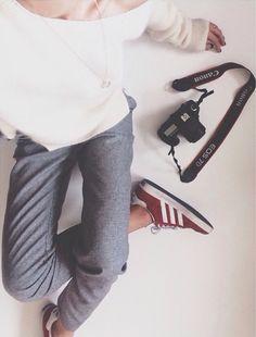 Large pull fin blanc + pantalon gris + sneakers Bordeaux = un look facile à adopter More