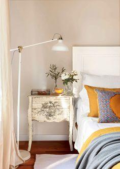Dormitorio de aire vintage con mesilla de noche afrancesada y grabada (00394810b - Mesillas de noche)
